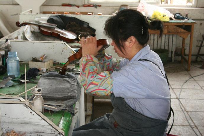 小提琴工艺:油漆 ,是经过几十道工艺,细细的打磨,才成如今这样子的